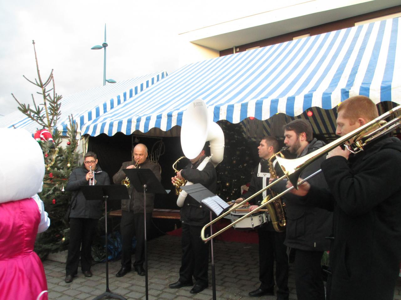 L'orchestre MusicAzimut  déambulent dans le marché